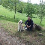 Uomo e cane seduti